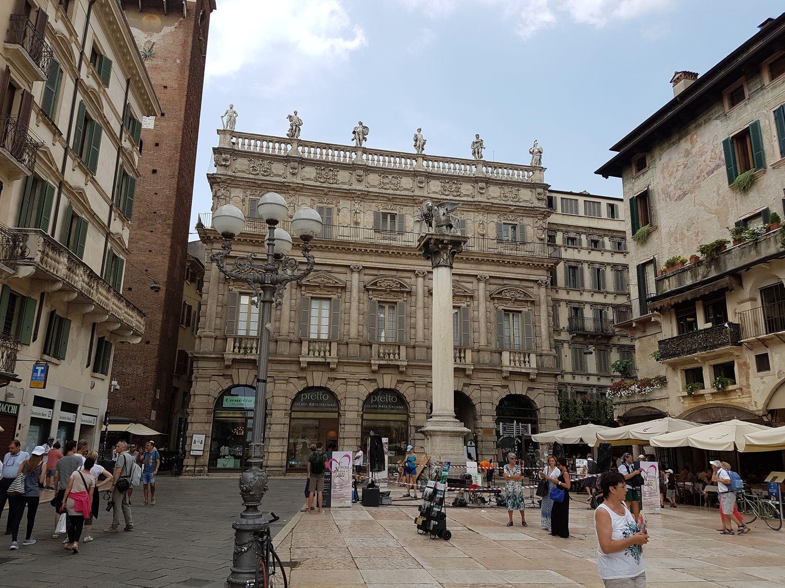 Innenstadt Venedig mit Statue von Geflügeltem Löwen