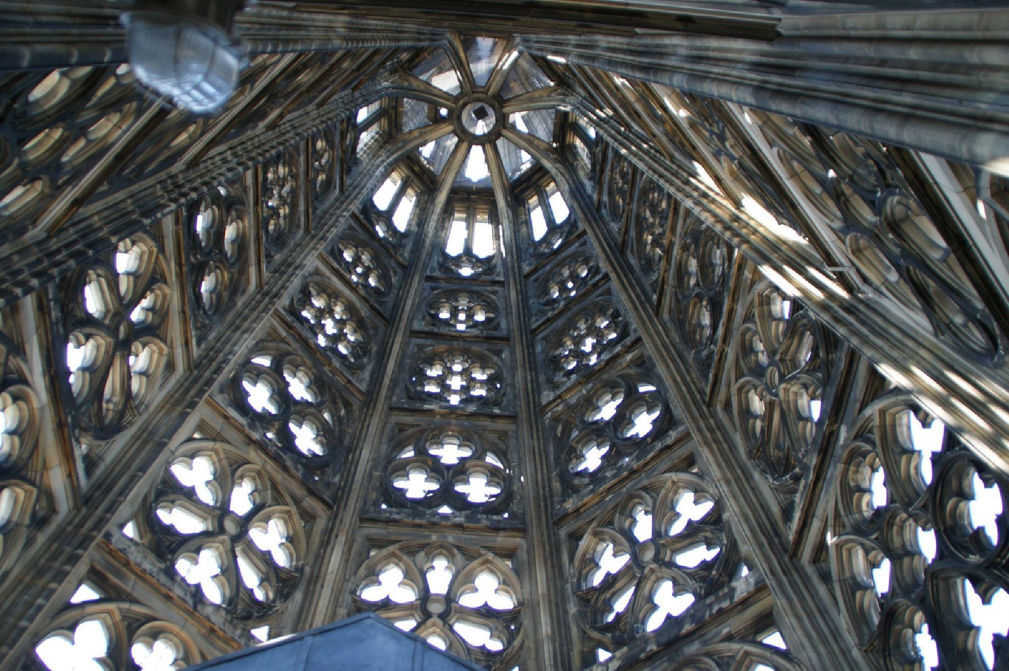 Maßwerkhelm von innen vom Kölner Dom